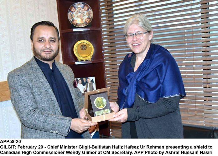 GILGIT: February 20 - @CMGBPK  Chief Minister #Gilgit-#Baltistan Hafiz Hafeez Ur Rehman presenting a shield to #Canadian  High Commissioner @gilmour_wendy  at CM Secretary. APP Photo by Ashraf Hussain Nasiri