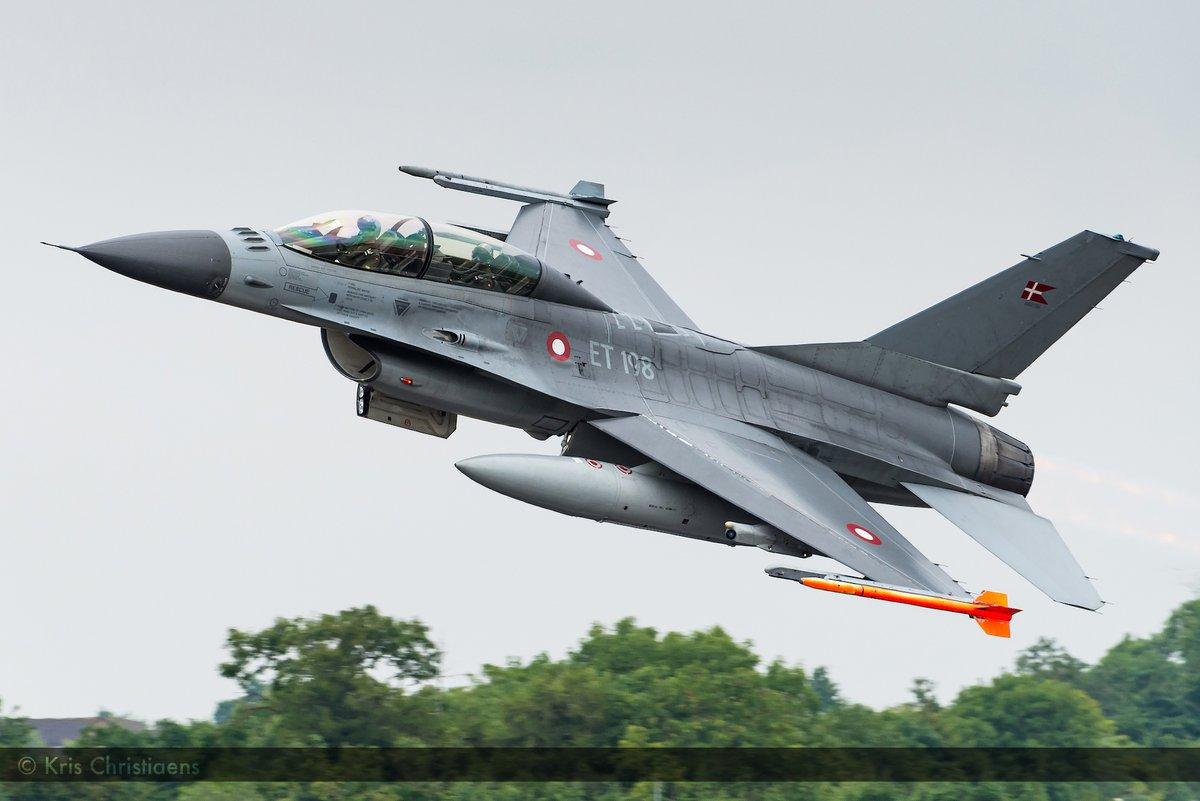 Now this is what I call a departure! Photo: Kris Christiaens @airtattoo @forsvaretdk #Denmark #aviationphotography #F16 #Fairford #fighterjet @NikonBelgie
