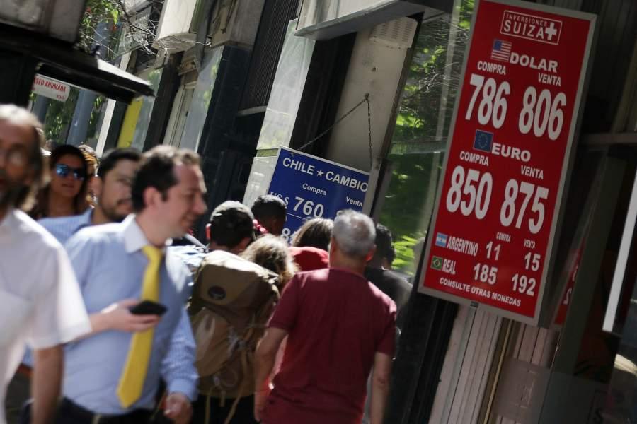 @pulso_tw | ¿Presión para el Banco Central? Dólar arrasa en el mundo y en Chile rompe con facilidad los $800 http://bit.ly/2SL5XDJpic.twitter.com/eaWSjJnnGD