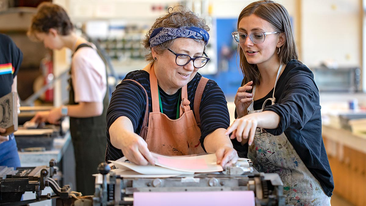 #UNC senior Peri Law says she strives to make every piece of her art better than the last. See how @unccollege professor Beth Grabowski helps students like Peri achieve that goal by teaching the art and techniques of letterpress 🖼 https://t.co/Y0ryWmIuOw