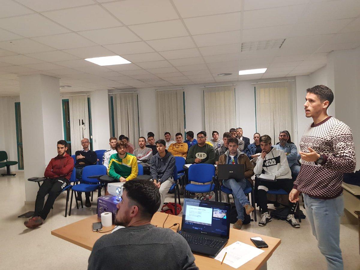 Intensa tarde en @CTArbitral_MLG @FABM_Malaga  @jotorrente21 y @jabernal_bony inauguran el nuevo curso de árbitros y posteriormente @DeividM94 y @armando_perez93 imparten charla monográfica sobre los 7m con videotest interactivo.  #formacion #estoesunnoparar #arbMLGpic.twitter.com/PSkFGYZ7FB