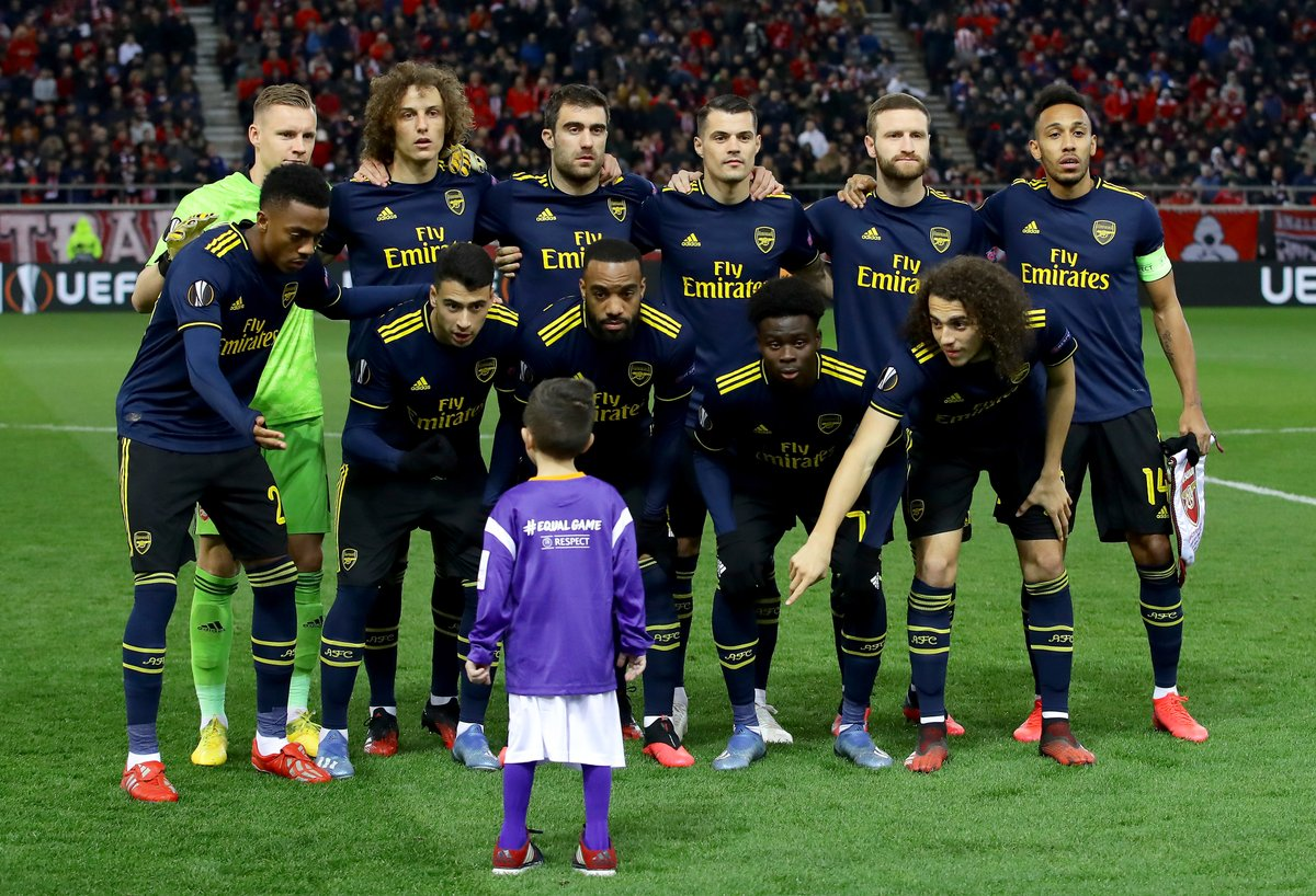 The mascot didn't know where to go so Arsenal included him in their team photo ❤️