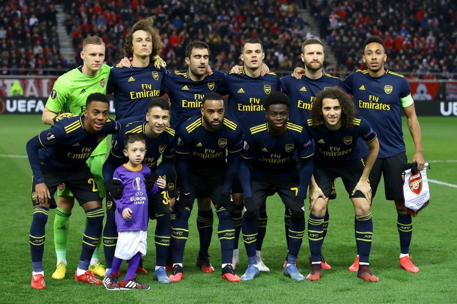 This little mascot at the Arsenal match didn't know what to do when the rest of the mascots left the pitch...  So the Arsenal team brought him into their team picture. 👏