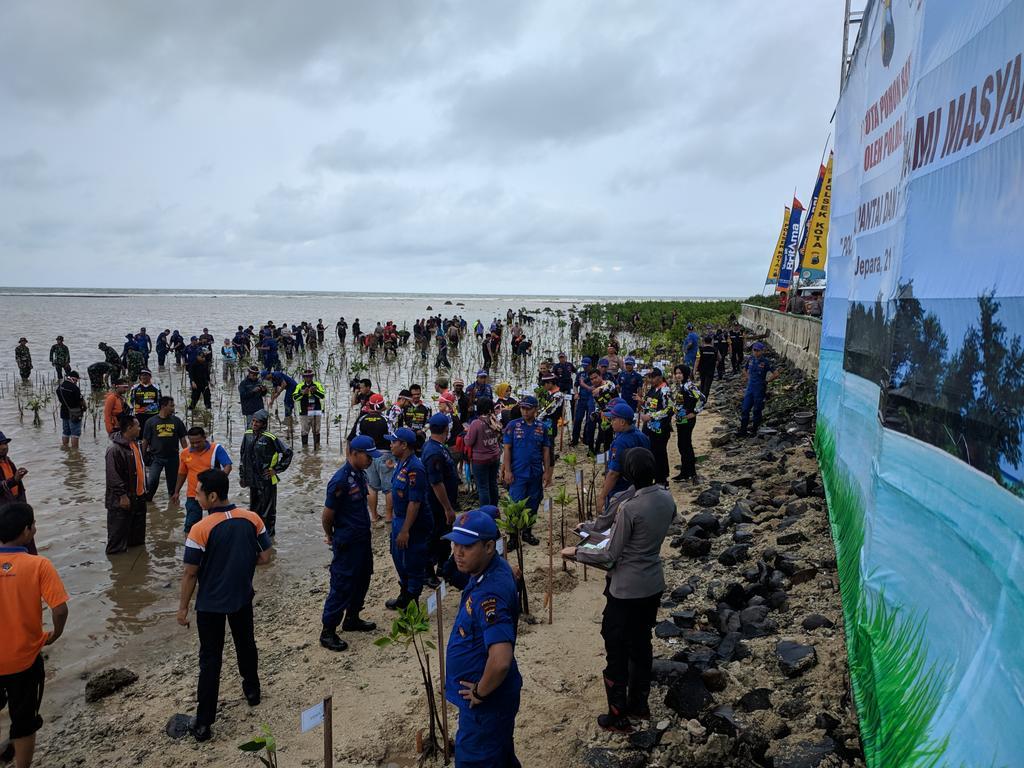 "Penanaman Sejuta Pohon Mangrove dengan tema "" Polri peduli penghijauan pantai dan penguatan ekonomi masyarakat pesisir"", di Pantai Pungkruk Mororejo."