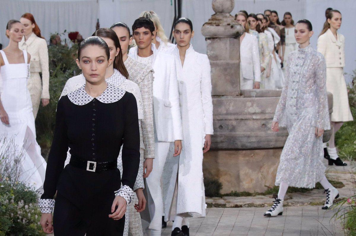 Finale de la collection #CHANELHauteCouture printemps-été 2020 imaginée par #VirginieViard. #CHANEL #Aubazine 👉 https://t.co/D1Kctf3DPO L'héritage de Coco Chanel #espritdegabrielle https://t.co/K2lsJ6oPVV