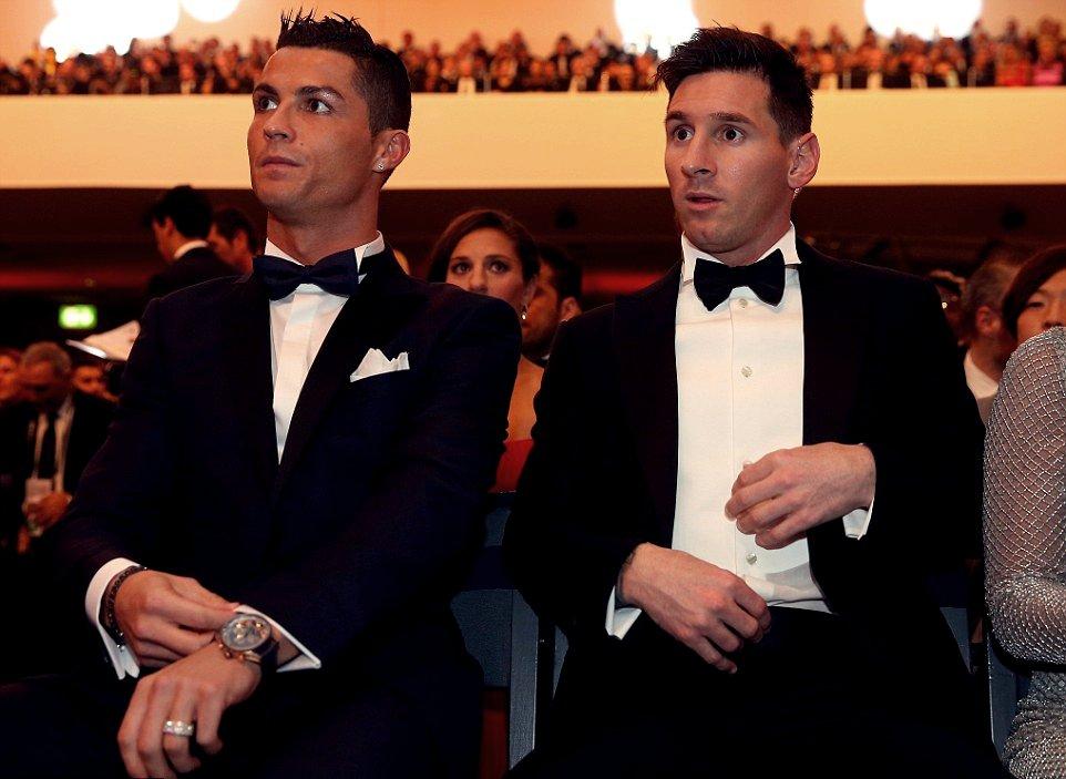 """""""Meu filho mais velho fala muito sobre o Suárez, Griezmann, Arturo Vidal por causa de seus cabelos. Ele também fala de jogadores de fora, Cristiano Ronaldo, Mbappé, Neymar... Thiago sabe tudo, pergunta e gosta muito"""" - Lionel Messi"""