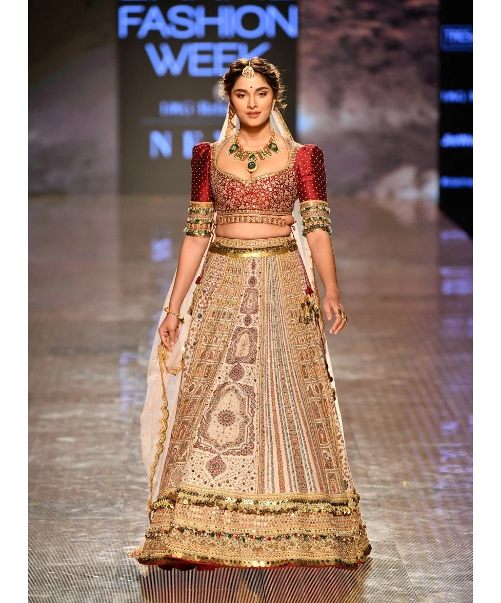 Saiee Manjrekar in a designer ensemble at one of the Lakme Fashion Week summer / resort 2020 events. (Image Source: http://Vogue.in )  #saieemanjrekar #designerclothing #bridalwear #bridallehenga #designerlehenga #lehenga #LFW2020 #lakmefashionweek #summerresort2020pic.twitter.com/A497CHUDYr
