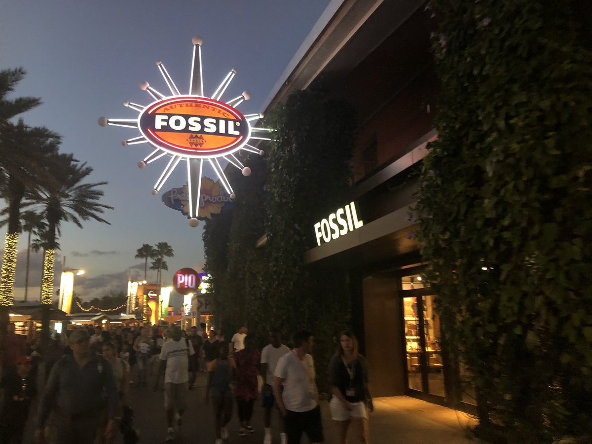 Fossil store at @UniversalORL #Citywalk will be closing in the near future, some items are now marked down. ^@skuberskypic.twitter.com/TlyyNCeDNn