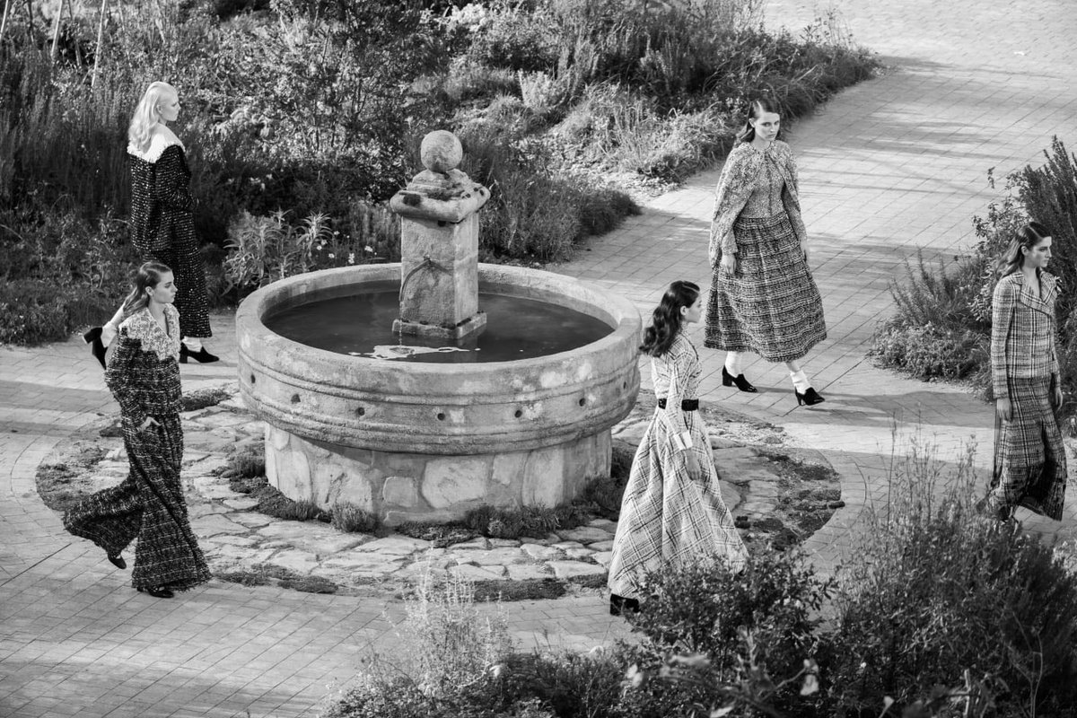 Finale de la collection #CHANELHauteCouture printemps-été 2020 imaginée par #VirginieViard. #CHANEL #Aubazine 👉 https://t.co/D1KcteM2re L'héritage de Coco Chanel #espritdegabrielle https://t.co/4ntJUaMVuR
