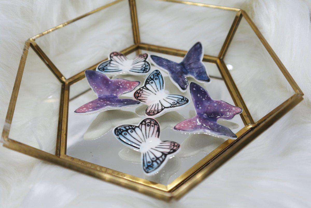 - 나비 받침  훨훨 나비 받침   블루핑크 / 은한 2종의 나비를 준비했어요 ! 은한나비가 블핑나비보다 조금더 큰 나비입니다!pic.twitter.com/N9A4Z2auur