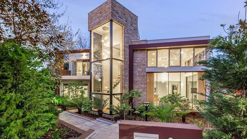 The $2.225 million sale of this stunning Griffith home has highlighted a renewed strength in the Canberra market. https://www.realestate.com.au/news/renewed-strength-in-canberras-property-market-with-22-million-sale/?rsf=syn:news:nca:dt:socref … #realestateau #NSWpic.twitter.com/rXrOXrxMkS