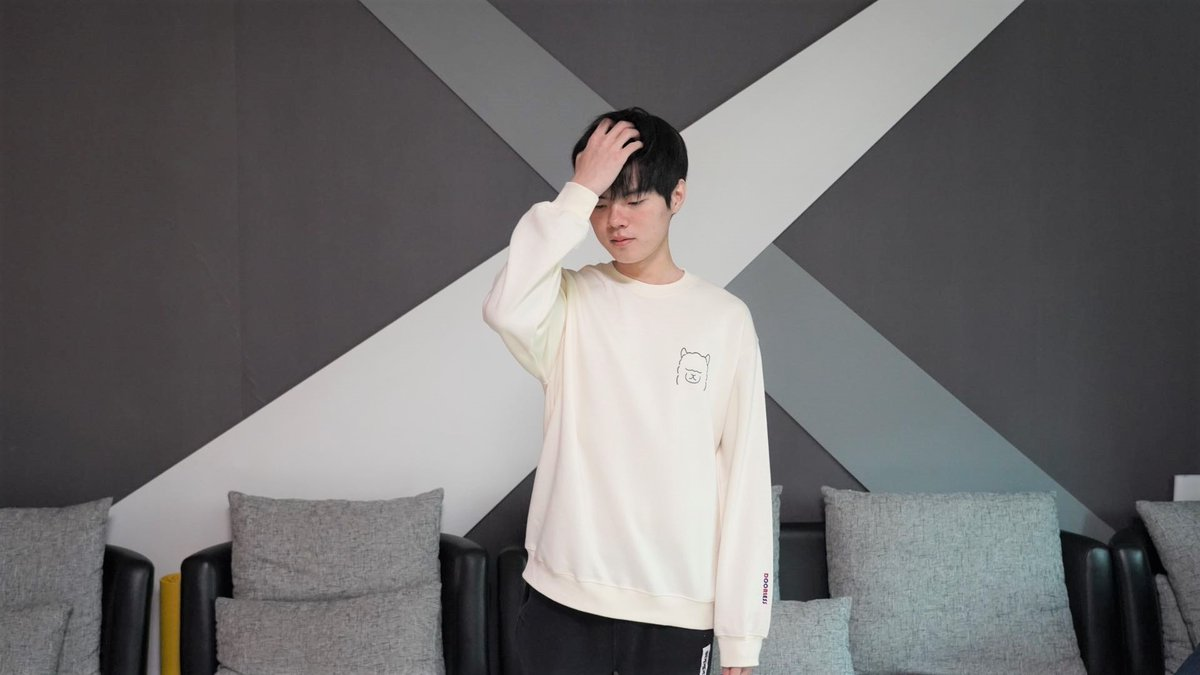 Deft's 7th anniversary apparel sold out in 80 minutes. #LoL  #LCK  .@DRXGlobal<br>http://pic.twitter.com/91DElzauGf