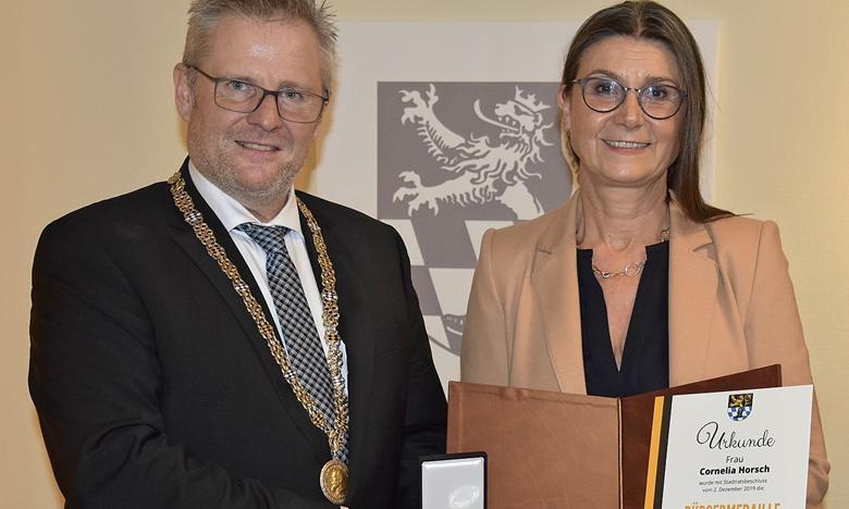 La ville de Schwandorf a rendu hommage à l'engagement de Mme Horsch en faveur de la culture et de la société dans la région. La médaille citoyenne ne peut être portée que par un maximum de 30 personnes, la dernière ayant été attribuée en 2013.  (c) Mittelbayerische Zeitung pic.twitter.com/zP09NMt5gs