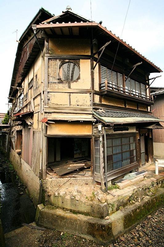 この前ツイッタで流れてきた遊郭建築、物件ファンに載ってた!滋賀県大津市で980万円。ああ…ワイが富豪なら買って直すんだがよお誰か…ここをお宿にして欲しいの(結局、他力本願