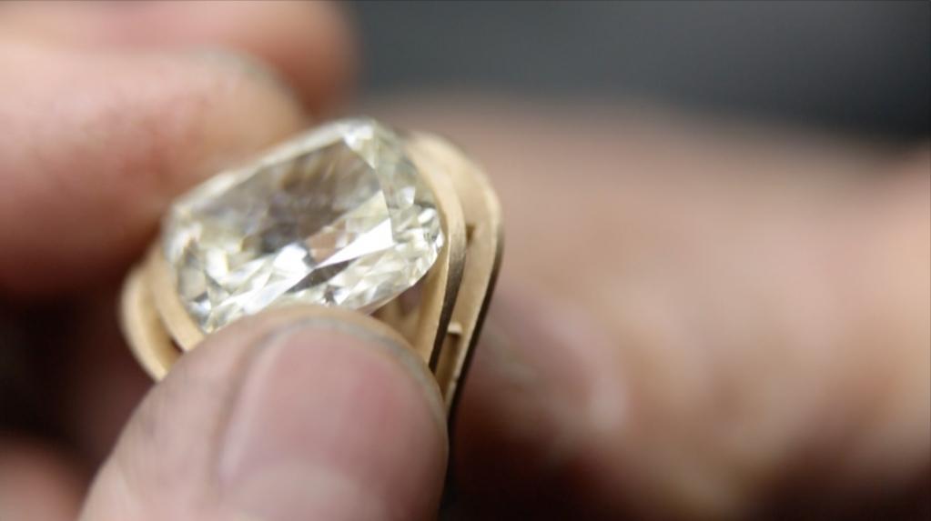 """""""Quando ti vedrò ti prego, quell'abbraccio fallo durare per sempre.""""  #hub #crivelli #jewelry #maestroorafo #fattoconmaniintelligenti #jewelry #jewelrylover #jewelryblogger #storytelling #diamond #gold #familyaffair #noilavoriamoconilcuore"""