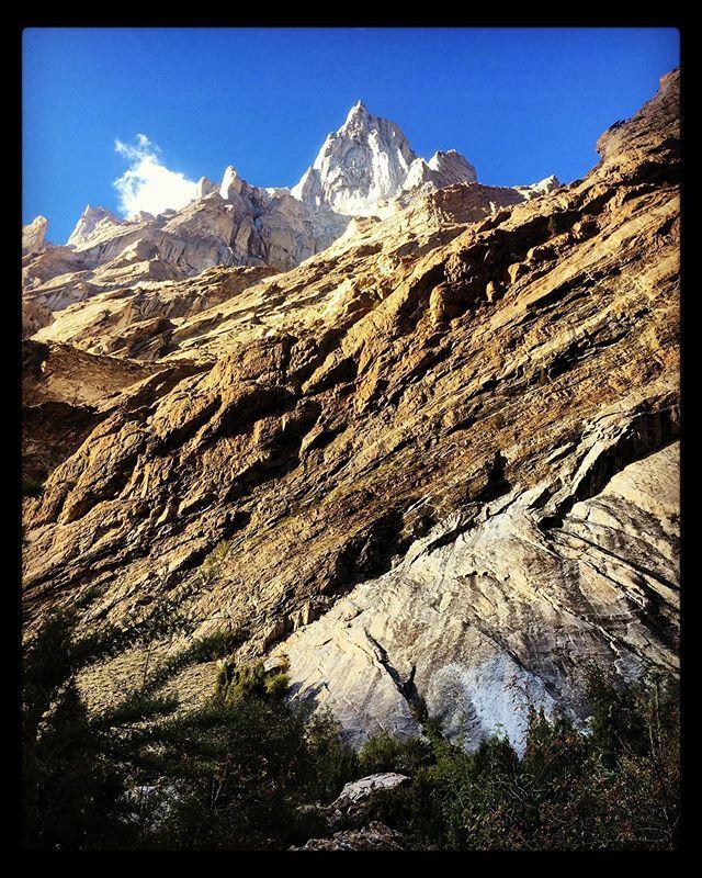 Is it any surprise that the rock strata here is so interesting?#pakistan #adventuretravel #travelphotography #travel #travelgram #trekking #instagood #instadaily #instagram #traveltheworld #traveler #traveltogether #traveltoexplore #explore #journey #vie… https://ift.tt/3bYgYZGpic.twitter.com/jm9D1kSQNq