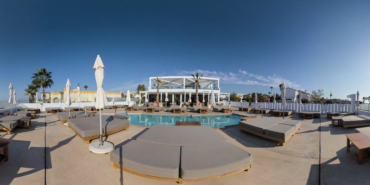 Llegando el fin de semana y gozando del privilegio de un clima envidiable, hoy nos gustaría compartir imágenes de Unico Beach, Restaurante & Beach Club , piscina y terraza. Tour virtual    #unicobeach #beach #beachclub #mijas #piscina
