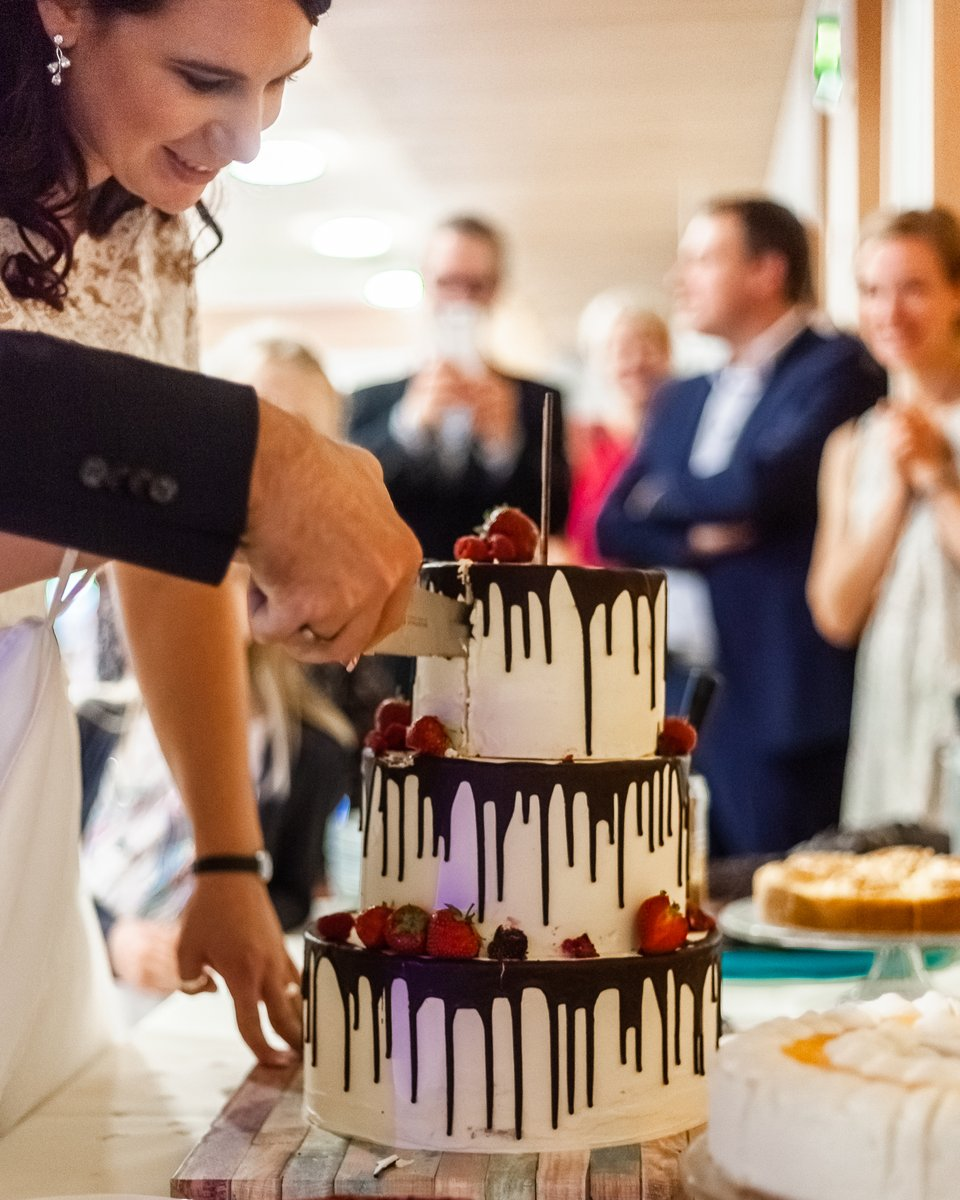 cut the wedding cake... https://www.hochzeitsfotografie-r-und-e.de/  #hochzeit #fotograf #hochzeitsfotograf #hochzeitsfotos #hochzeitsbilder #hochzeitskleid #brautkleid #braut #heiratenpic.twitter.com/BAaQF2FfeM