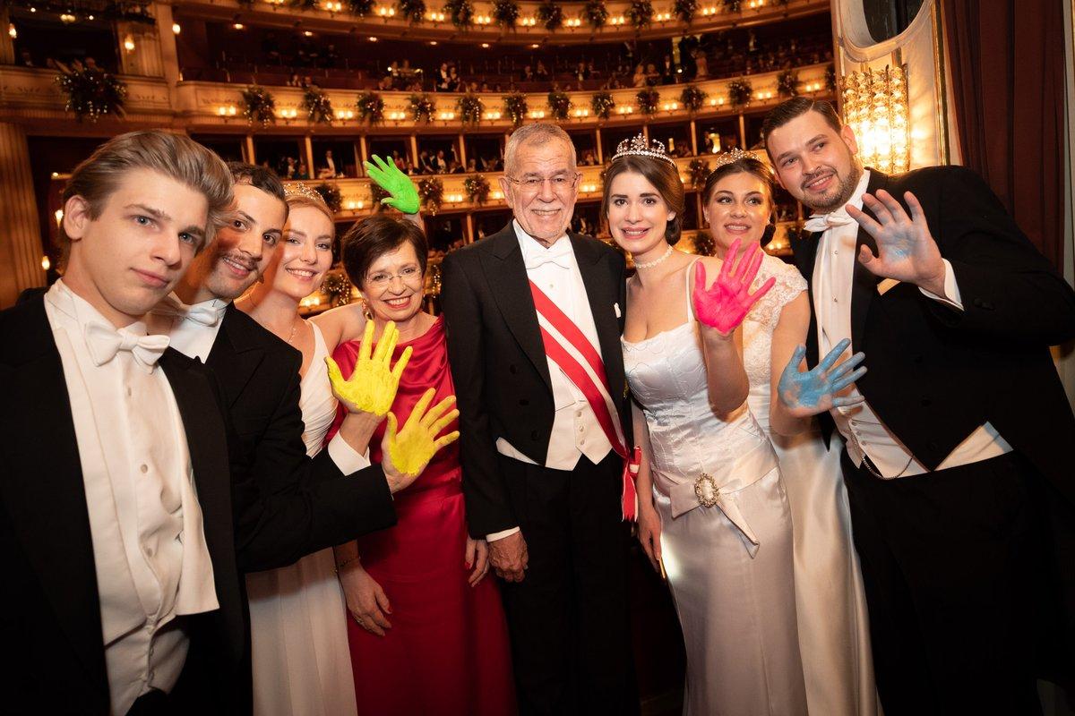Gestern am #Opernball in der @WrStaatsoper. Eine schöne Ballnacht voller Begegnungen u.a. mit Künstlerinnen und Künstler sowie Besucherinnen und Besuchern mit sozialen Anliegen. pic.twitter.com/ASyFX46sjt