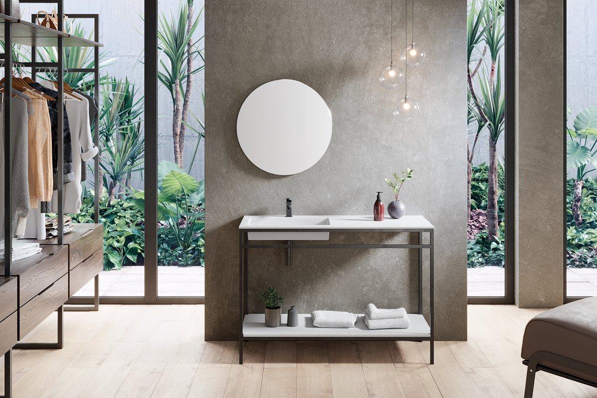 El color blanco tiene la capacidad de resaltar cuando se contrasta con las líneas negras. De esta manera, las formas geométricas de los muebles de baño se vuelven más llamativas.  #bath #design #interiordesign #interiorismo #decoracion #tendencias #baño #homestyle #trends
