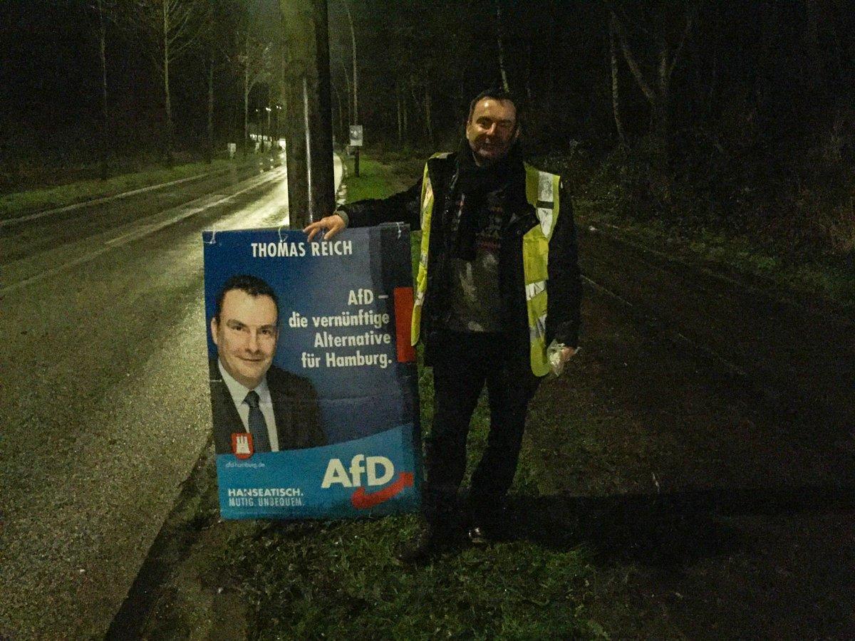 Heute Nacht mein letztes Wahlplakat gestellt und danach bei einer Kontrollfahrt zwei #afd Plakatzerstörer mit einem voll beladenen Auto mit AfD Plakaten erwischt. Anzeigen gegen die Personen wurden gestellt!  @AfD_Hamburg #hhbue2020 #wähldichwarm #Hamburg #wandsbek #hhbuepic.twitter.com/3kDsrVF4c6
