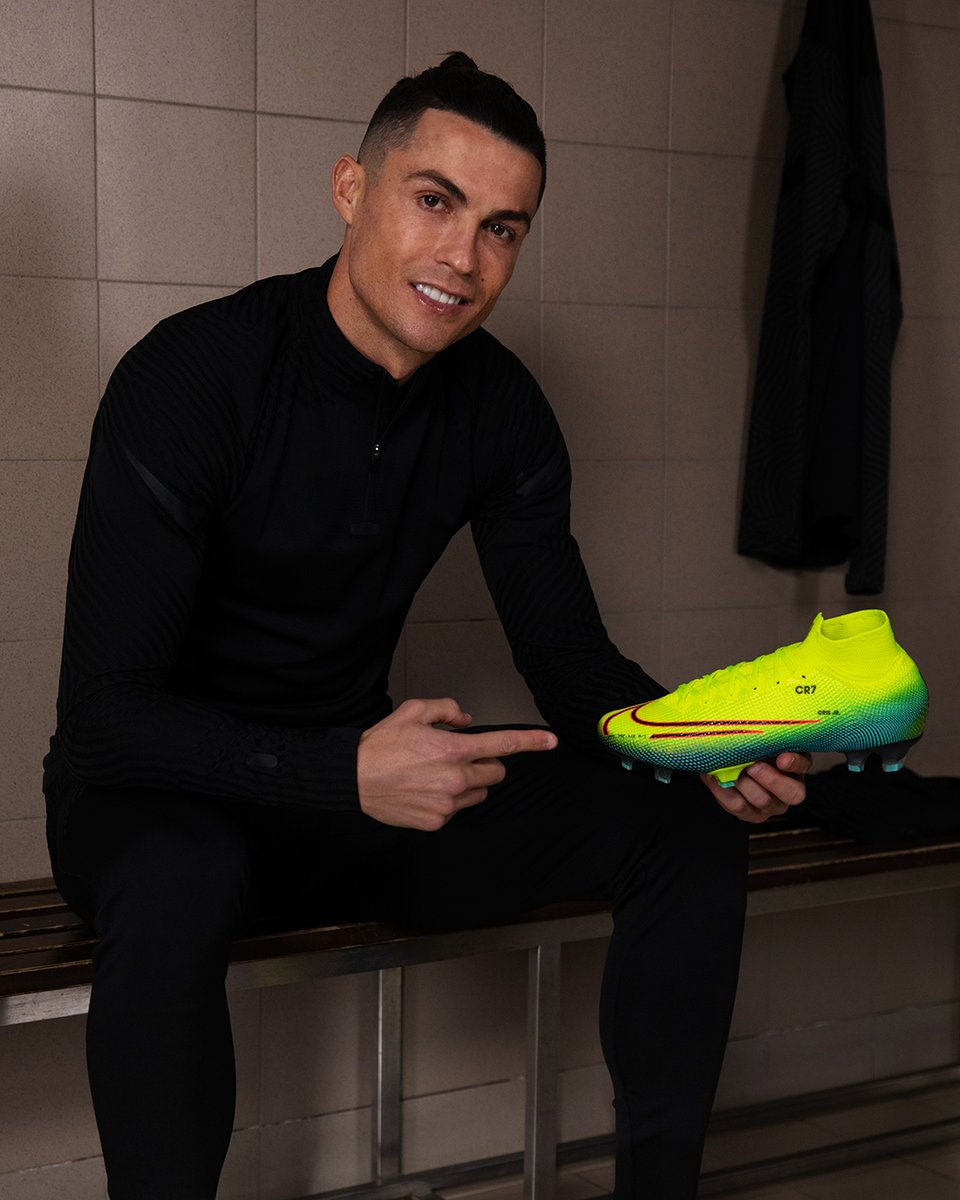 My new Mercurial Dream Speed is here and they make me feel like I can move at the speed of light  So excited to see @KMbappe, @jessiicasilva10 ,@samkerr1 , Wu Lei, @barbarabonansea all illuminate their games on pitch with it!  You can shop today at http://nike.com/football.pic.twitter.com/iB6wYE6RTg