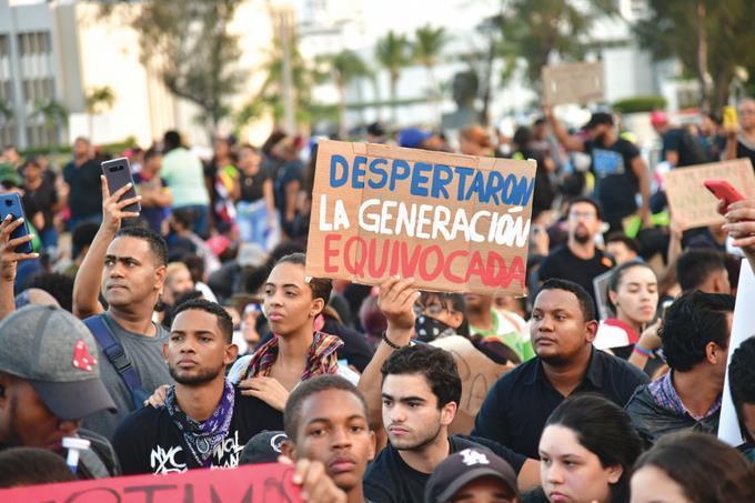 Cuarto días de protestas disfrazados desuperhéroes http://bellerdigital.com/50692/pic.twitter.com/7Zhxwc22ra