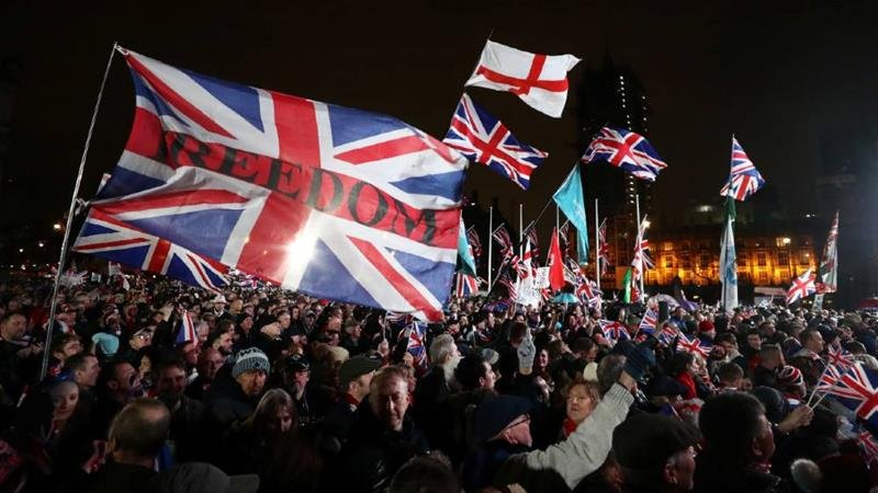 Spot the difference: Flag waving nationalists - check Impressive sound and lighting - check Charismatic leaders - check Near total control of the media- check Wake up Britain before it's too late! pic.twitter.com/vzlHLvExCl