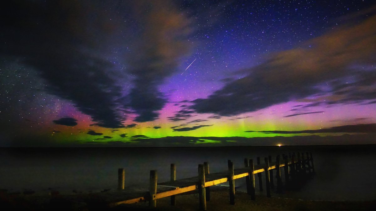 A quick little #Aurora & a #meteor ..at the bay tonight. #Invercargill #NewZealand 21 Feb 2020 @TamithaSkov @StormHour @EarthandClouds @Southland_NZpic.twitter.com/1GPg2g2rkT