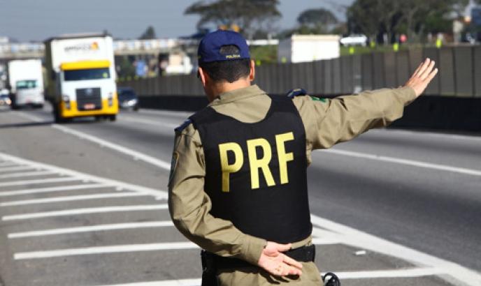 Foi deflagrada na manhã desta sexta-feira (21) a Operação Carnaval nas rodovias federais que cortam Goiás. Segundo a Polícia Rodoviária Federal (PRF), haverá reforço concentrado no policiamento de trechos com maior incidência de acidentes graves e  #Opera https://diariodegoias.com.br/policiamento-e-reforcado-nas-rodovias-federais-goianas-durante-o-carnaval/…pic.twitter.com/UhRrZGuaAq