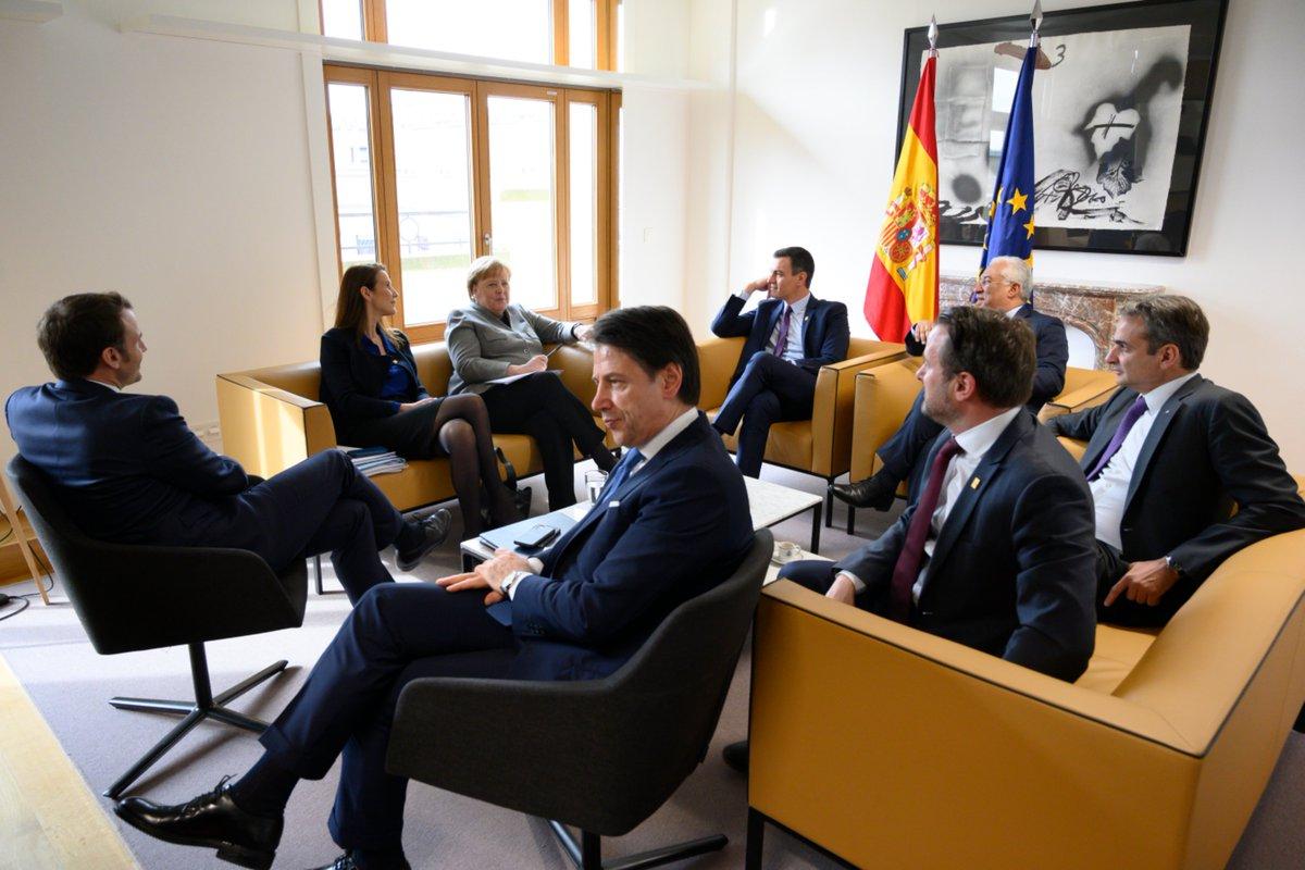 La coreografía de la cumbre europea se multiplica. Reunión en la sala de España con Sánchez, Merkel, Macron, Conte, Costa... Buscando puentes entre austeros y cohesión. (Foto de la delegación Esp.) #EUCO