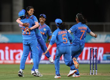 Women's #T20WorldCupTrophy: India (132/4) beat Australia (115 all out) by 17 runs in Sydney #WT20WC #INDvsAUS <br>http://pic.twitter.com/mdO4Ndv7Zn