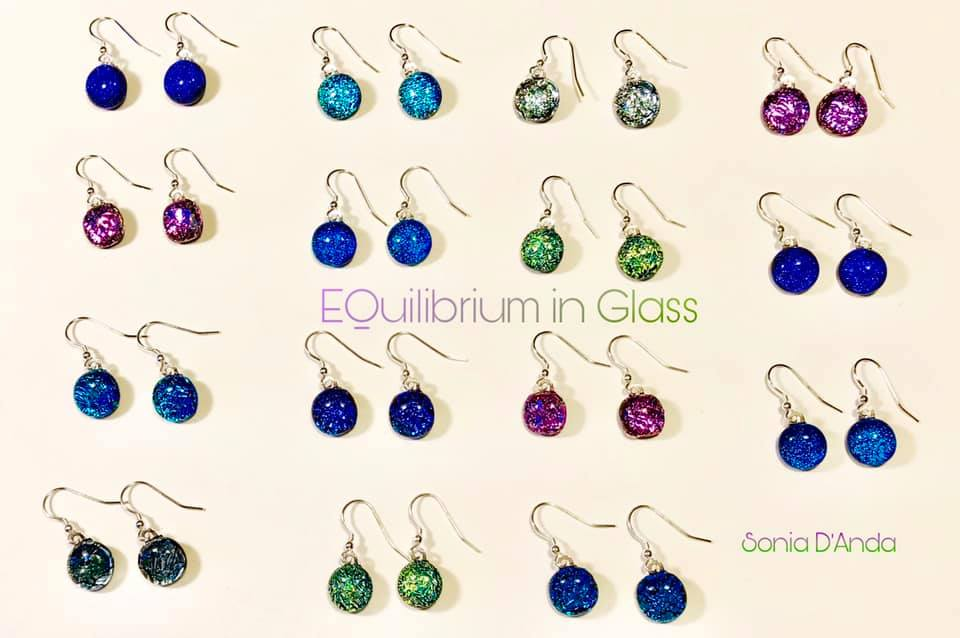 Sabias que el vidrio dicroico es el material con el que se protegen los paneles de los satelites de la #NASA 👽  Do you know that the dichroic glass is used to protecting the mirror of the space ships and was create by #NASA 👽  #earrings #earring #equilibriuminglass