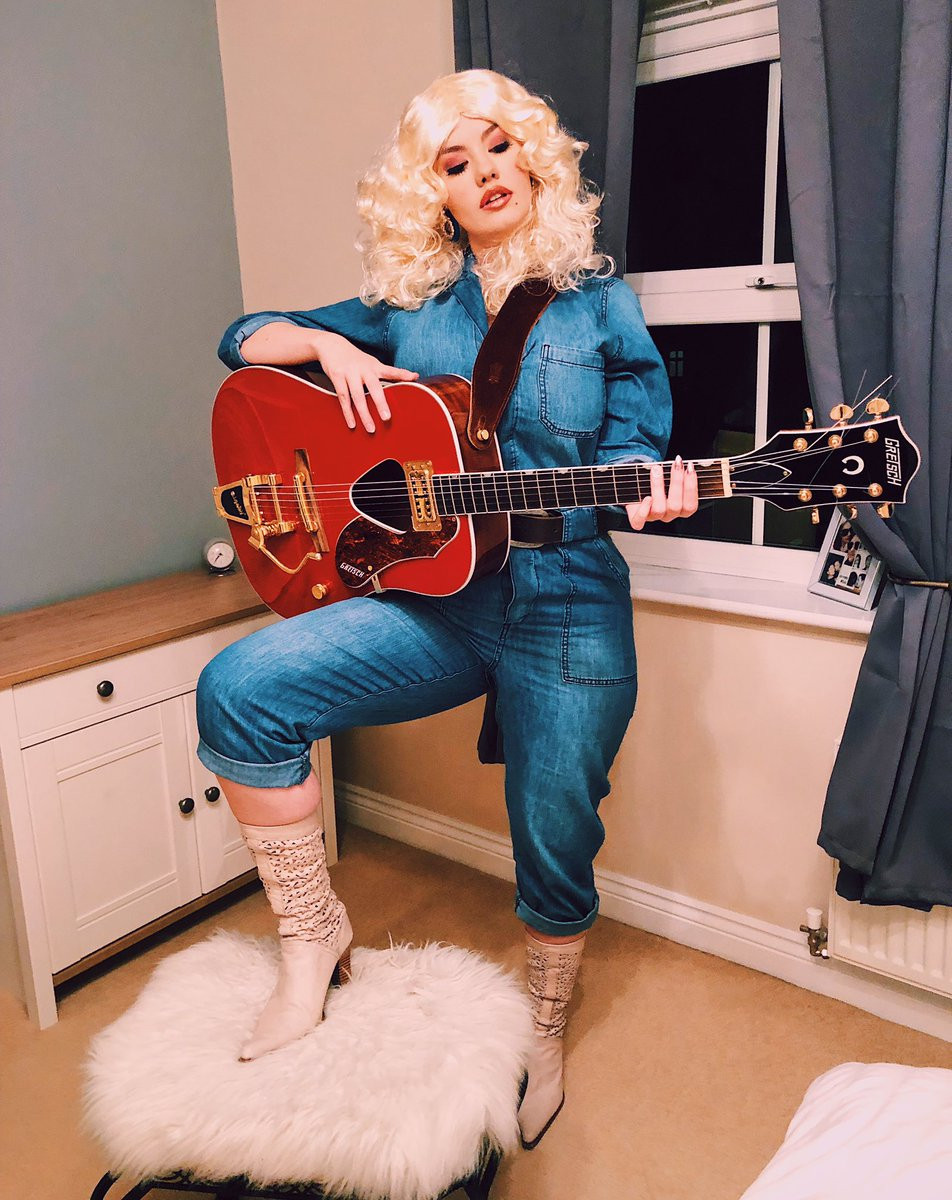 The queen @DollyParton pic.twitter.com/tCeTyGxzVG