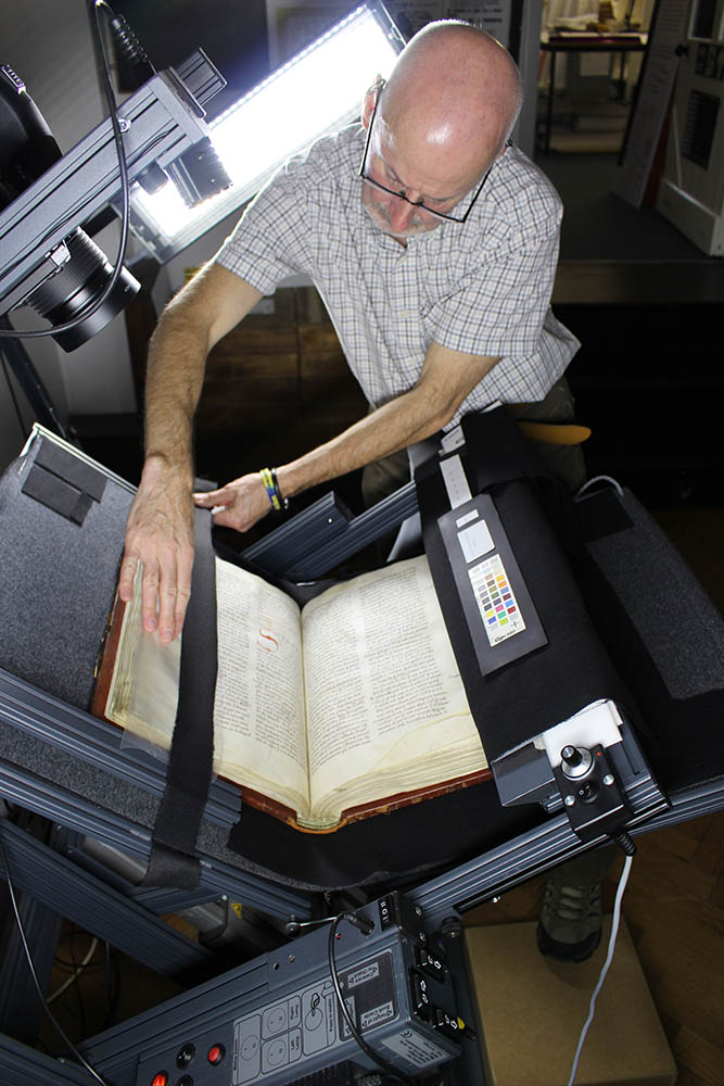 A project to digitise the contents of Durham's Priory Library has hit a major milestone - over 200 digitised books are now available to view at ! We're blessed with the finest manuscript collection @BedesBooks of any English cathedral... (1/2)