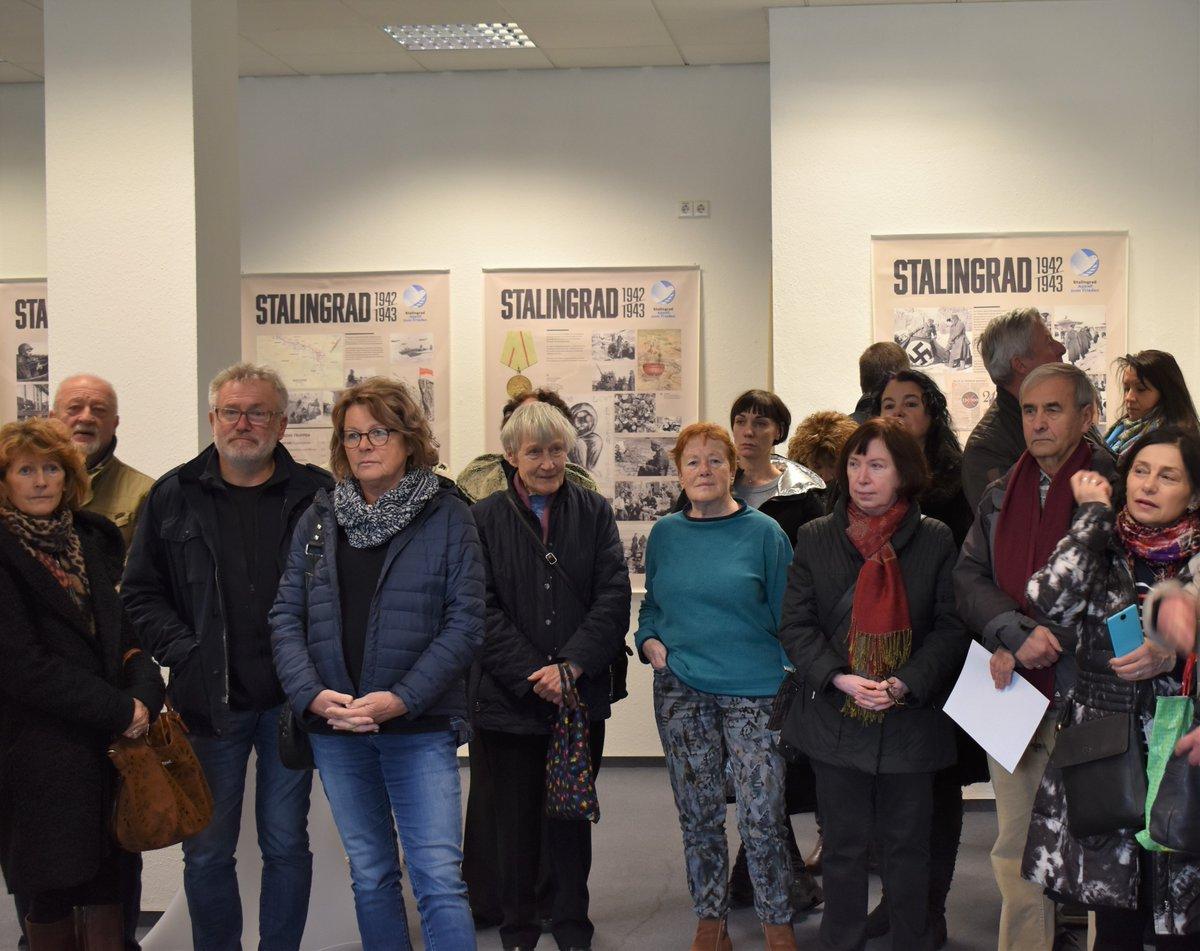 """Unter den Augen vieler Besucher eröffnete Oberbürgermeisterin Barbara Ludwig heute im Open Space #Chemnitz die Ausstellung """"Stalingrad. Ein Aufruf zum #Frieden"""".   [THREAD, 1/6]pic.twitter.com/qiynwOv7q7"""