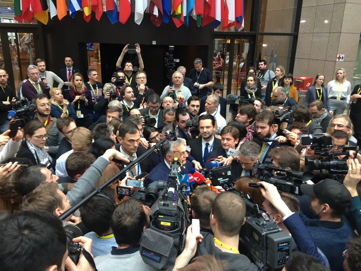Ambiente de la cumbre de Bruselas. Viktor Orban se acerca a hablar a la zona de prensa y es rápidamente rodeado por unas decenas de compañeros. Orban va de europeísta hoy defendiendo el Presupuesto europeo.