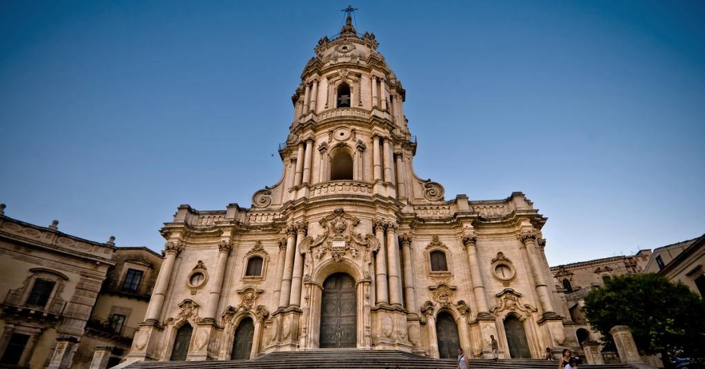 """""""La Sicilia è uno strano e divino museo di architettura"""". Maupassant #blogsicilia #duomodisangiorgio #modica"""