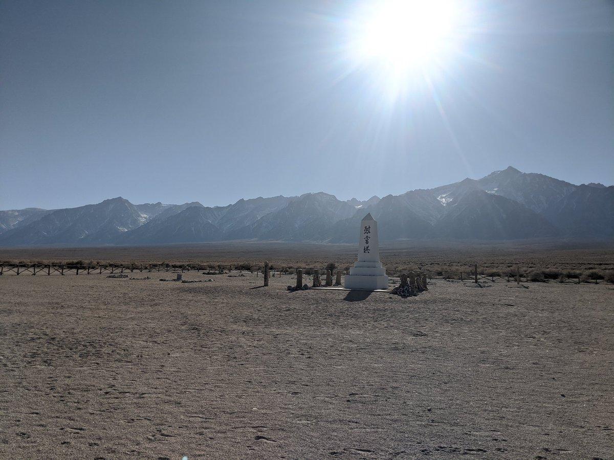 """Hier noch zwei Bilder vom Friedhof, die auch die Landschaft zeigen. Im ersten Bild ist links das Mt. Whitney Massiv zu sehen, der höchste Berg (4421m) der """"zusammenhängen"""" USA. Der Gipfel ist nur 130km vom tiefsten Punkt von ganz Amerika entfernt! pic.twitter.com/MdOyZY0eLN"""