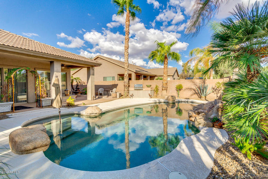 #FBF to this awesome pool at 4155 E Dubois Ave in Gilbert which The Shonka Group sold for $485K! ⁠  #Sold #Arizona #ArizonaRealEstate #TeddyShonka #TheShonkaGroup #HouseHunting #JustSold #InvestmentRealEstate #HGTV #Phoenix #PhoenixRealEstate #AZRealEstate #Gilbert #RealEstatepic.twitter.com/zQVN6iiOG0