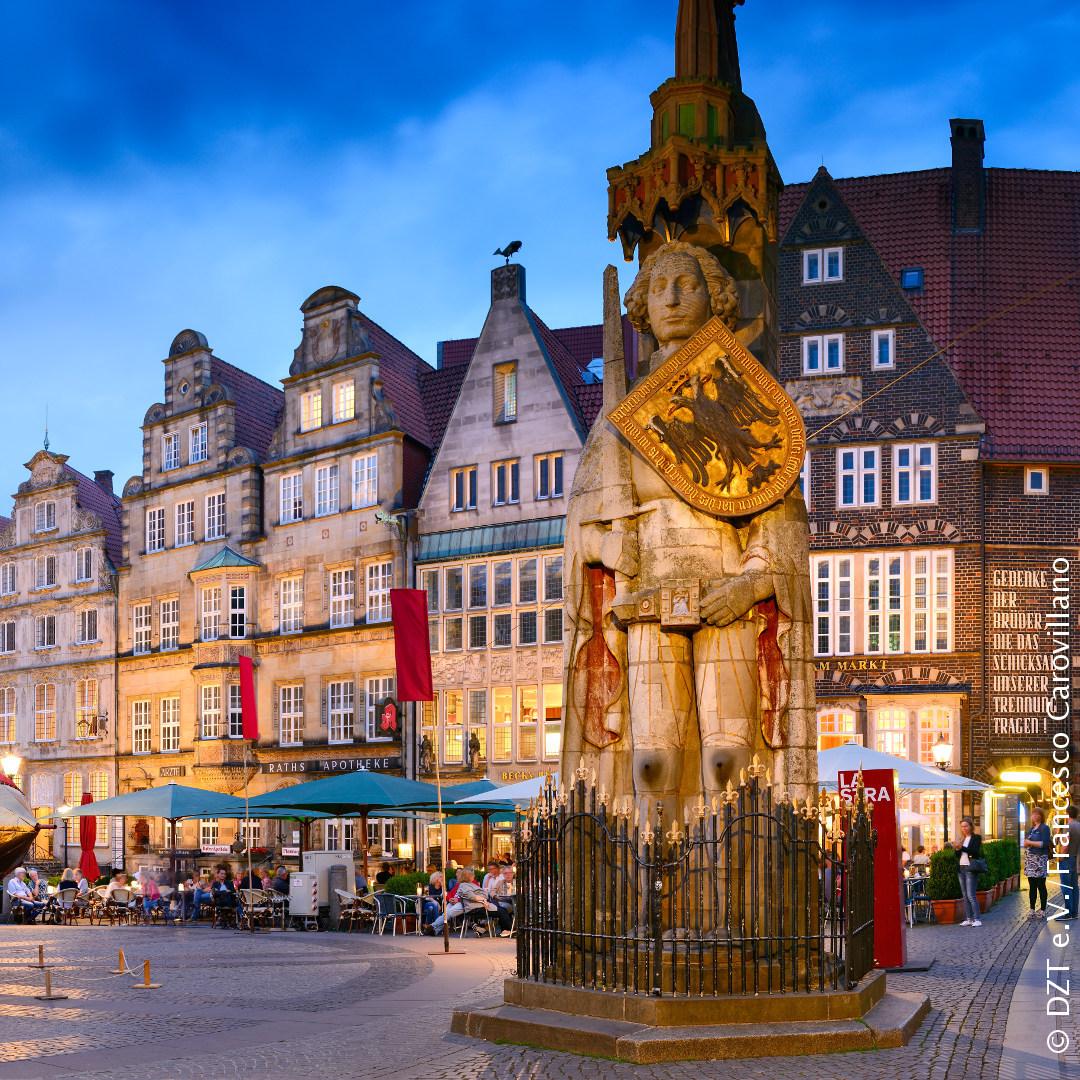 Het beeld van Roland staat sinds 1404 op het marktplein van #Bremen als een symbool voor vrijheid en is het grootste standbeeld uit de Duitse middeleeuwen. http://bit.ly/2CGBC3c #DuitslandDichtbij  #UNESCOWerelderfgoedpic.twitter.com/0I0mnDvwQN