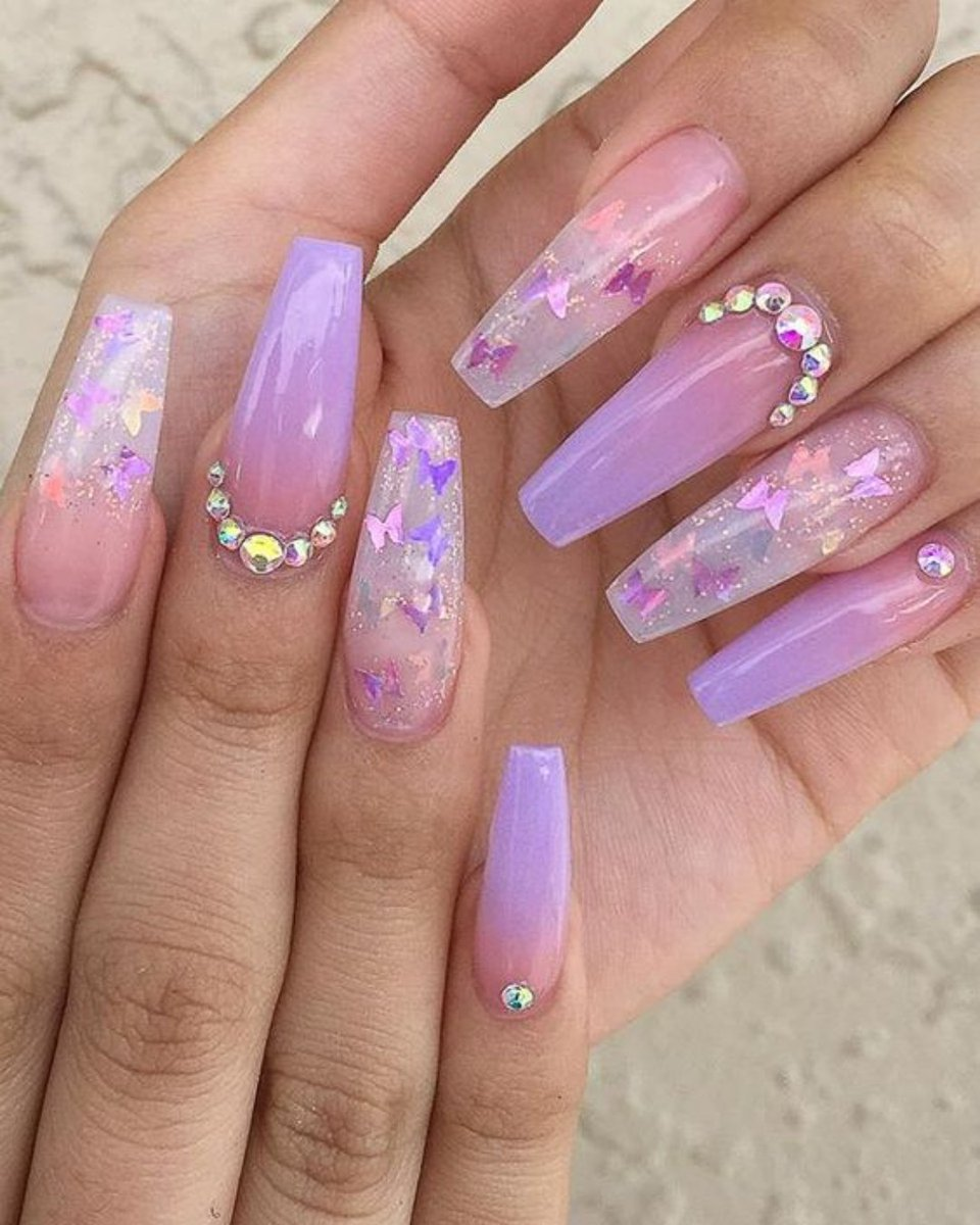 Is this a yay or nay for these nails?  Comment your opinions bellow 💅 ▪️⠀⠀⠀ ▪️⠀ ▪️⠀ #fashion #trending #viral #love #beautiful #happy #fashion #celebrity #music #instafashion #bekind #rihanna #fenty #celebrity #influencer #kardashian