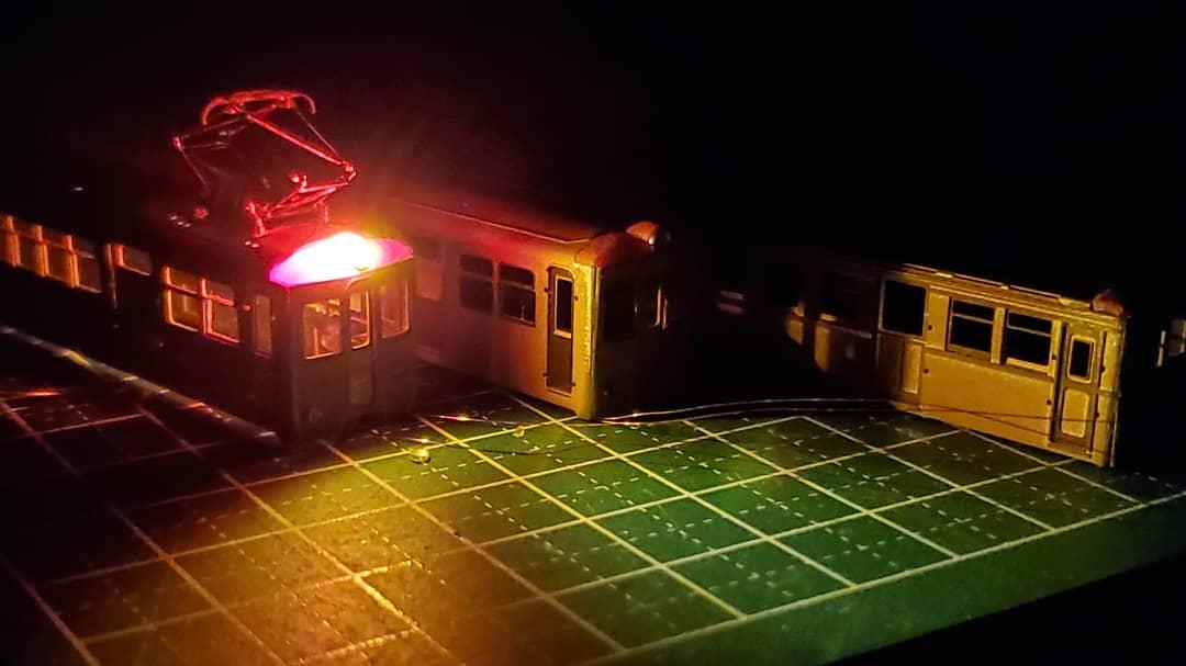 前照灯に火をいれてみました、まだおでこ全体が光ってますが、鉄コレの経験上、隠蔽はできると思います、でかいパンタ(Nサイズですが)が付くと軽便鉄道感出ますね。 ーー #鉄道模型 #鉄道模型製作記 #Nゲージ #Nn3 #ナロー #narrow #nscale #3dprintedparts #modeltrains #modelrailway #modelrailroad