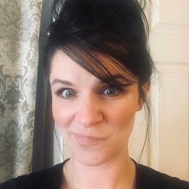 Hiding out in my bathroom.. SOS #workfromhome #workingmom #momsofinstagram #flagpolegirl #atlanticflagandpole #februarybreak #sendhelp #andwine https://ift.tt/2SNxmEXpic.twitter.com/lvDRCLucfX
