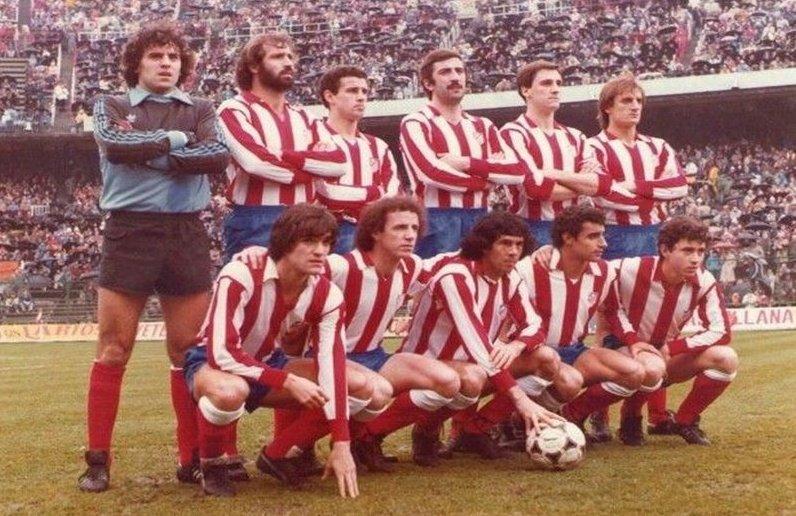 Equipo del @Atleti que hace 38 años jugó en el Calderón ante el @FCBarcelona (21.2.1982). Andújar Oliver dejó de pitar en la 1ª parte un claro penalti por mano de Alesanco tras disparo de Dirceu y acabaron ganando los azulgrana 0-1. #TalDiaComoHoy #11ATMpic.twitter.com/KVq8XaT0Mf