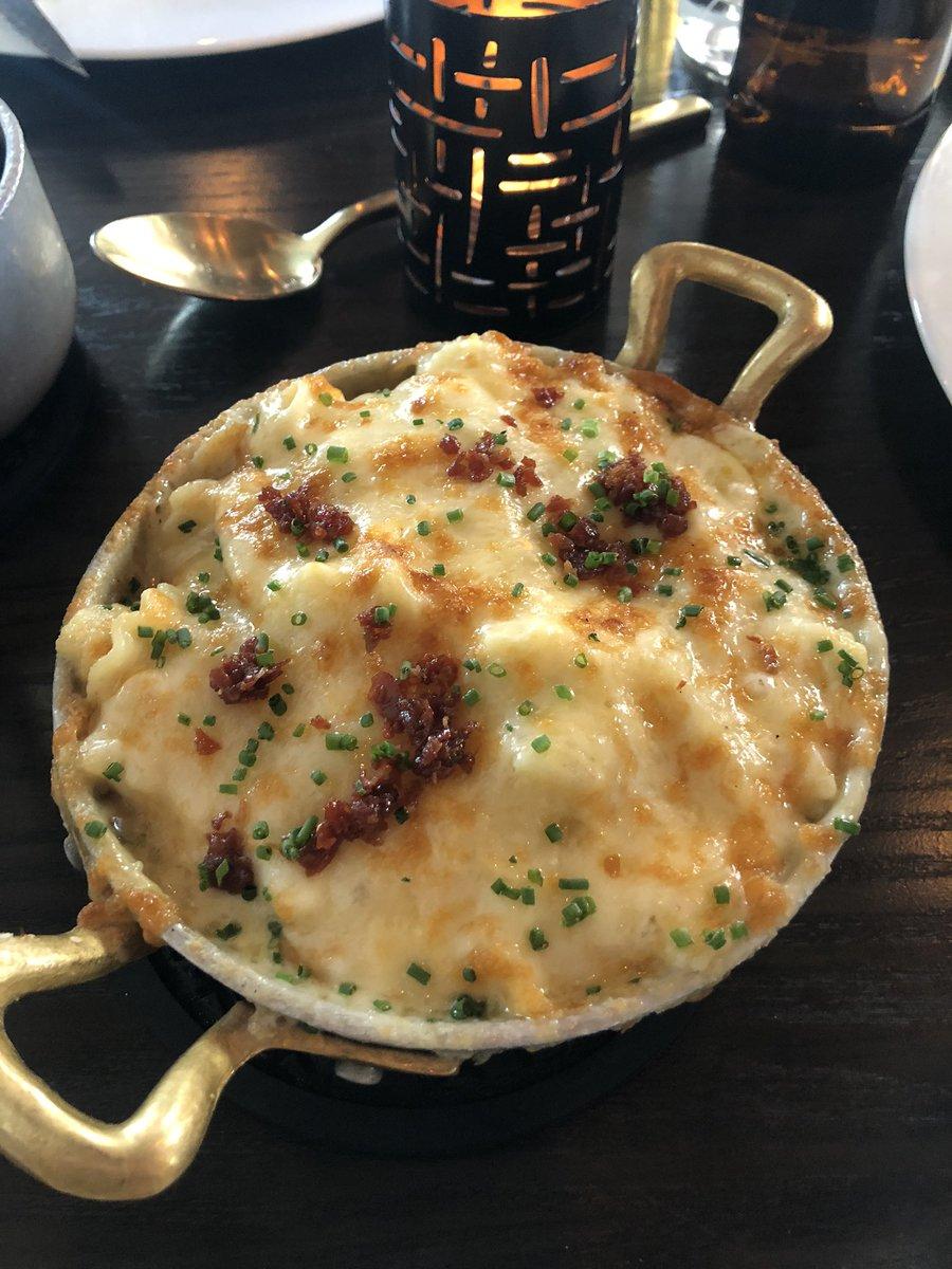 @sak_shoes #HellsKitchen Baked Mac n cheese, chicken scallopini, beef Wellington, Brussel Sprouts pic.twitter.com/uKGU2k8ErJ