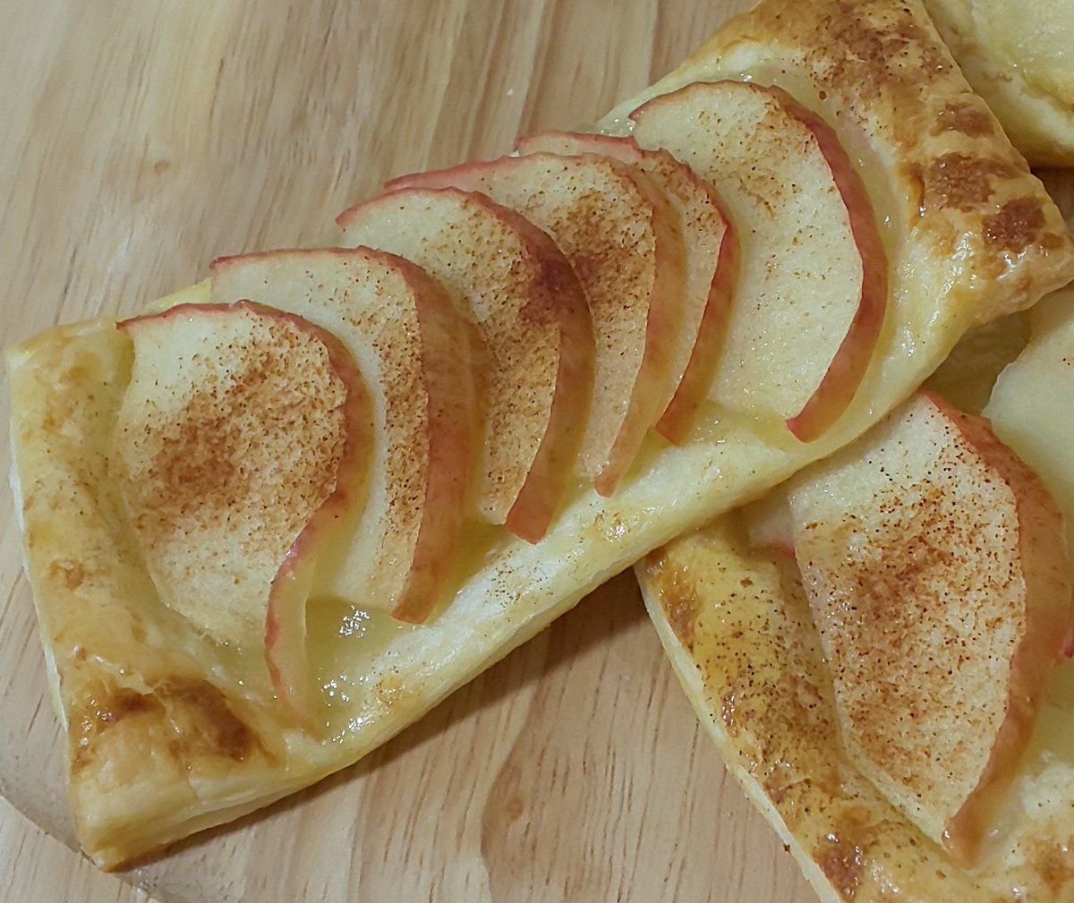 このパイ生地レシピ気になってて作ってみたらめっちゃ簡単でおいしい!これはまたやる!!さっぱりしたパイ生地って感じです。