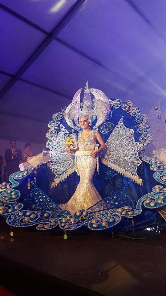 Nuestra felicitación, más aún por la parte que nos toca, a la nueva Reina del #Carnaval de #SanSebastiándeLaGomera, Laura Barroso Izquierdo, así como a su corte de honor, Carmen Castilla y Carmen Darias. Felicidades¡¡¡pic.twitter.com/VlSrFYdaZj