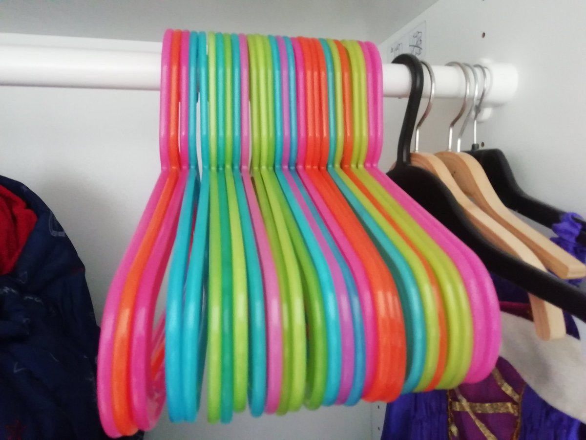 Kinder-Kleiderschränke umsortieren/aussortieren. Übrigens, wer macht mit beim Socken-Einzel-Tauschen? #lebenmitKind pic.twitter.com/mIYkq7jmwB