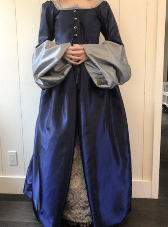 Another happy customer. She's wearing the dress without the decorated front piece that hide the laces but it still looks wonderful. This one was done in taffeta and brocade. #renfaire #renaissance #costume #gown #teenagerpic.twitter.com/lS46i6EF6j